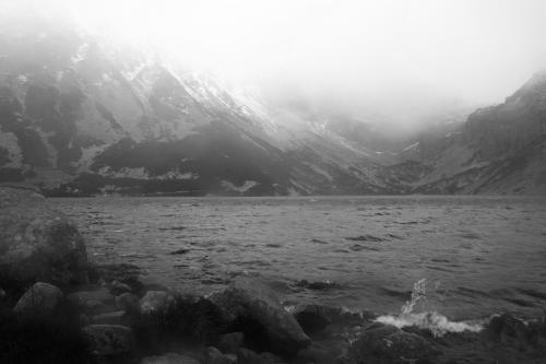 Czarny Staw Gąsienicowy - wiatr i mgła