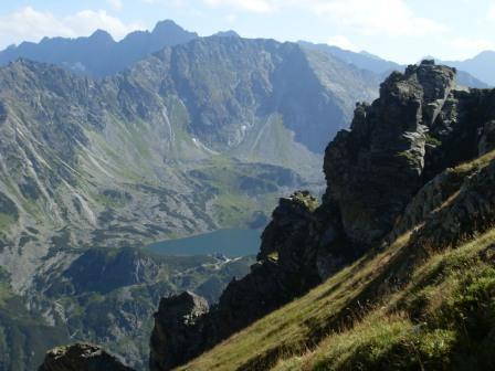 Dolina Pięciu Stawów Polskich ze szlaku na Krzyżne