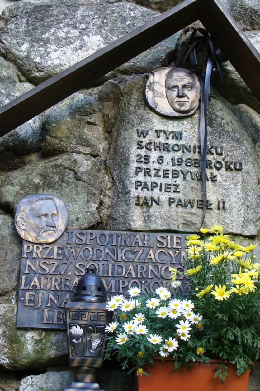 Pamiątkowe tablice na ścianie chochołowskiego schroniska