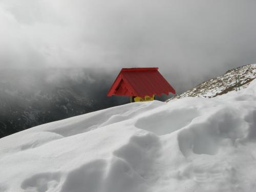 Szczyt Kasprowego w śniegu i chmurach