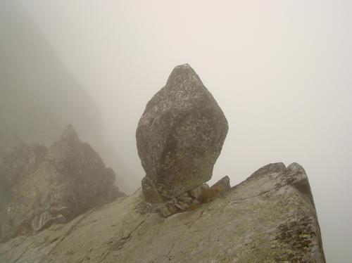 Zmarzła Przełęcz i skalny chłopek